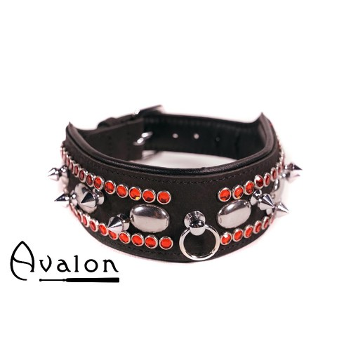 Avalon - QUEST - Collar med spisse nagler og strass - Sort og Rød
