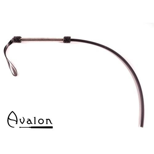 Avalon - TAIL - Sort 1-halet silikonflogger med lær og metall håndtak