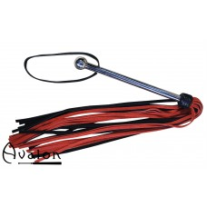 Avalon - PROPHET - Sort og rød lang flogger med metallhåndtak