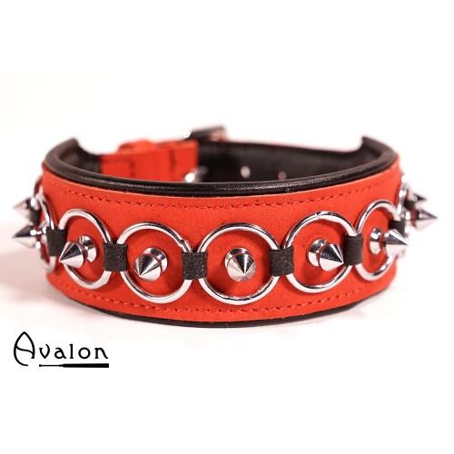 Avalon - CHERISED - Collar med Spisse Nagler og Ringer - Rødt og Svart