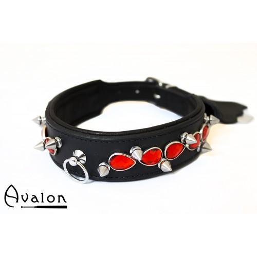 Avalon - LUSTROUS - Collar med Spisse Nagler og Røde Stener - Sort